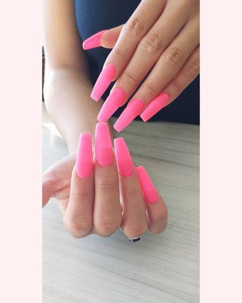 Uñas largas corte recto y color rosa