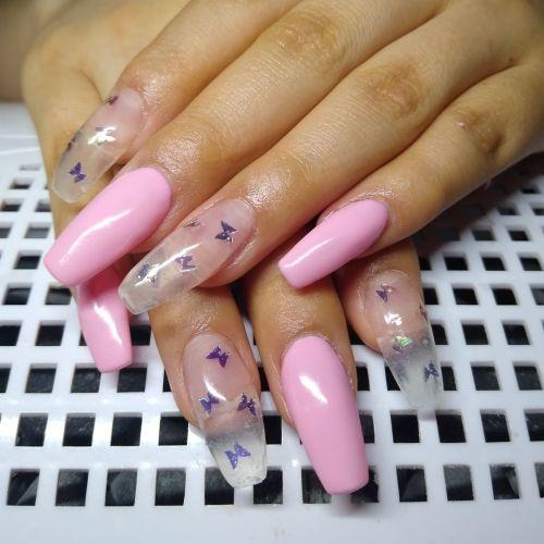Uñas largas rosas con uñas transparentes con mariposas