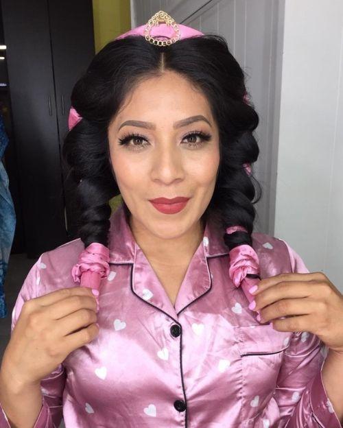 Mujer con trenzas color rosa