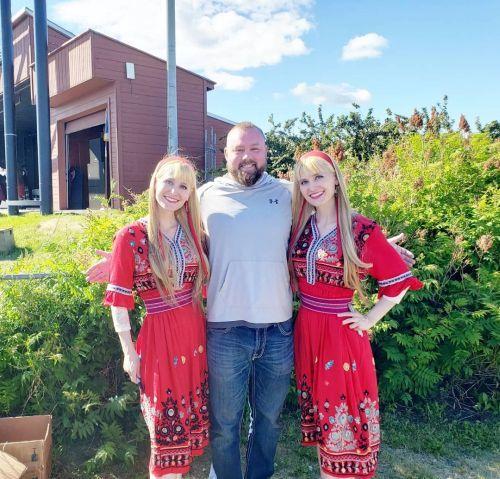 Twinning hermanas con vestido rojo
