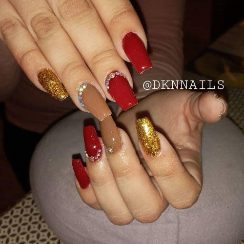 Uñas rojas, marrón y dorado con piedras