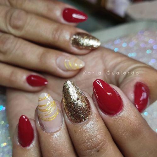 Uñas combinadas de rojo, dorado y anillos