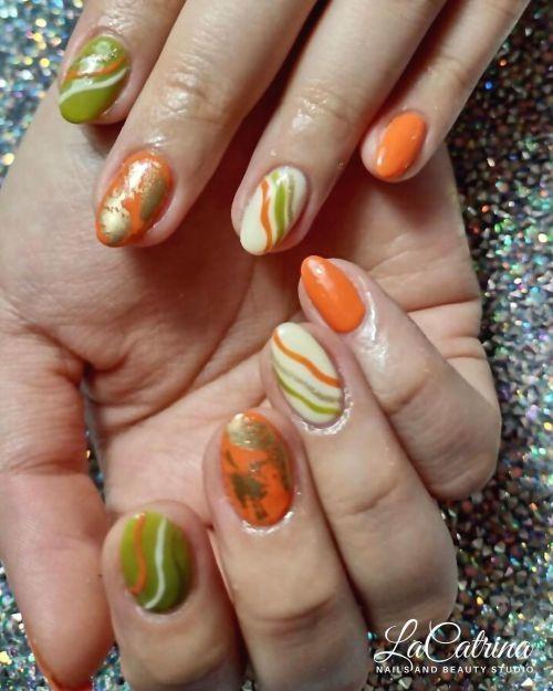Uñas de colores con dorado
