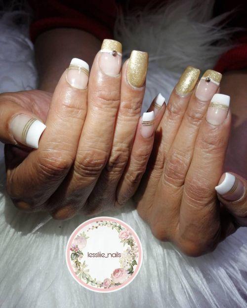 Uñas con detalles blancos y dorados