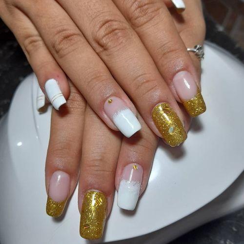 Uñas con blanco y dorado