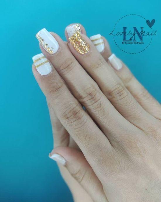 Uñas blancas con elementos dorados