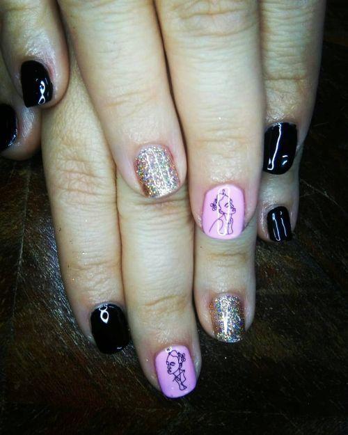 Uñas cortas negras, con rosa y dibujo+ dorado