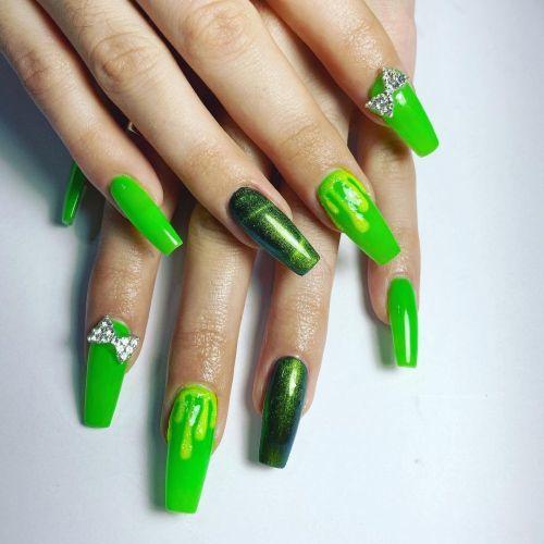 Uñas verdes con dorado