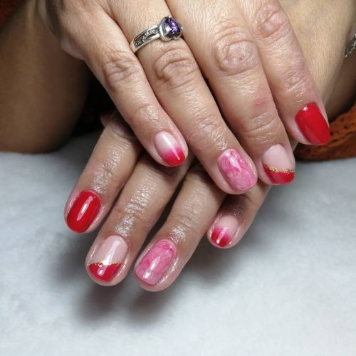 Uñas cortas moradas con rojo