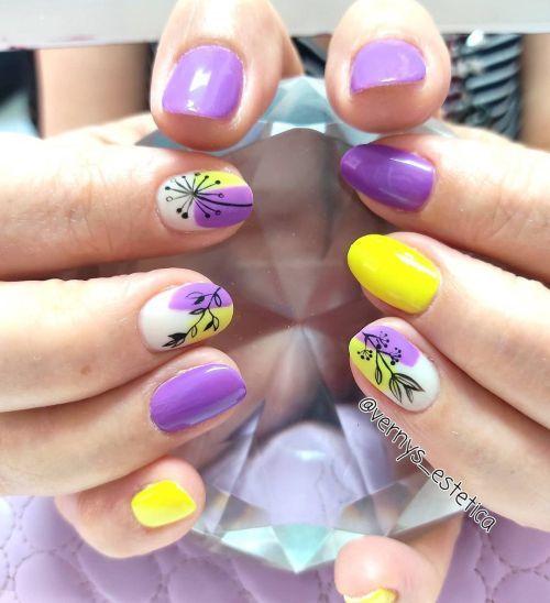 Uñas moradas con amarillo