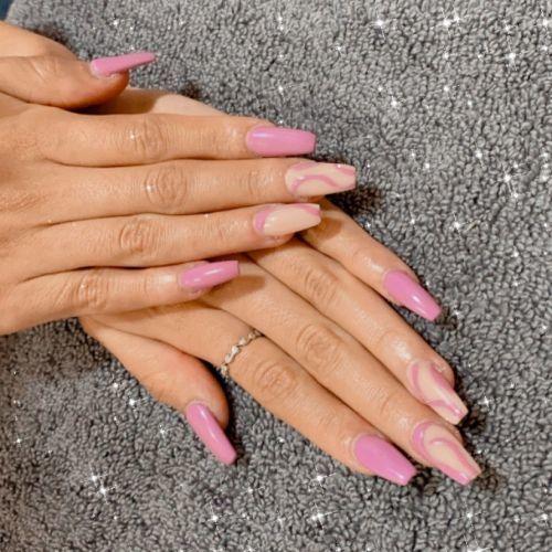 Uñas largas moradas con tono crema