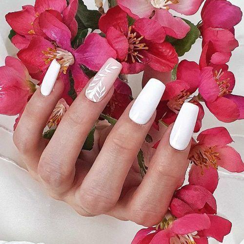 Uñas de boda blancas y rosa con dibujo de hojas