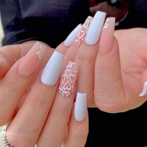 Uñas de boda rosas y blancas con corazones en relieve