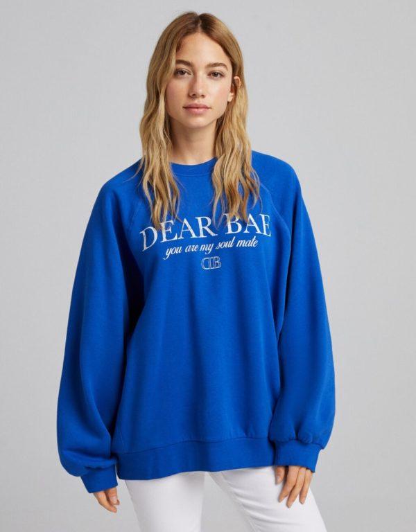 Catalogo bershka para mujer otoño invierno 2021 2022 SUDADERAS modelo oversize estampada azul