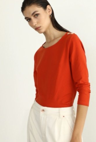 Camiseta naranja con botones al hombro