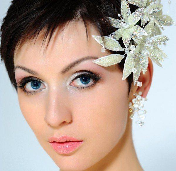 el pelo corto tambin se presta a poder llevar adornos como diademas o clips especiales en ocasiones como la navidad este tipo de detalles en el pelo