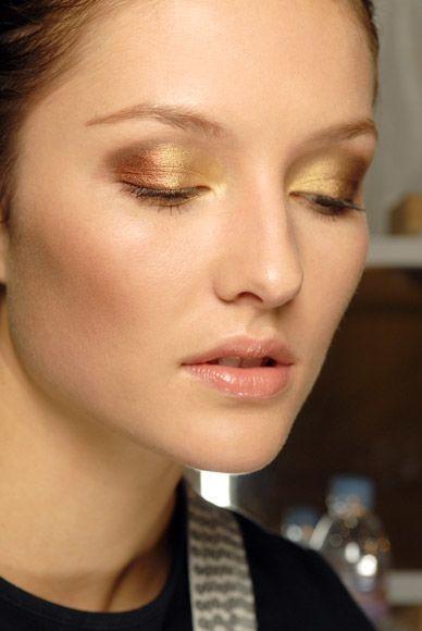 maquillaje-para-navidad-2013-tendencia-nude-sombra-de-ojo-dorada