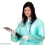 7866260-m-dico-de-la-mujer-en-la-ropa-de-trabajo-verde-con-estetoscopio-celebraci-n-de-portapapeles-en-blanc