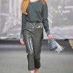 pantalones grises cuero plastico