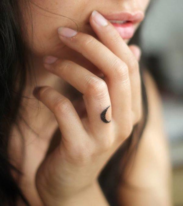 Tatuaje luna dedo