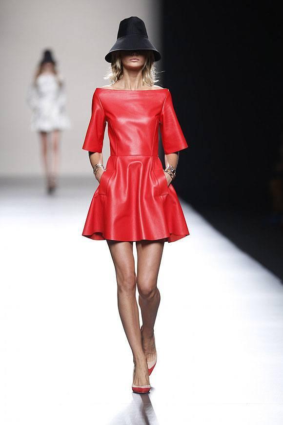 Tendencias-Moda-Madrid-Fashion-Week-primavera-verano-2014-minivestido-rojo-juanjo-oliva