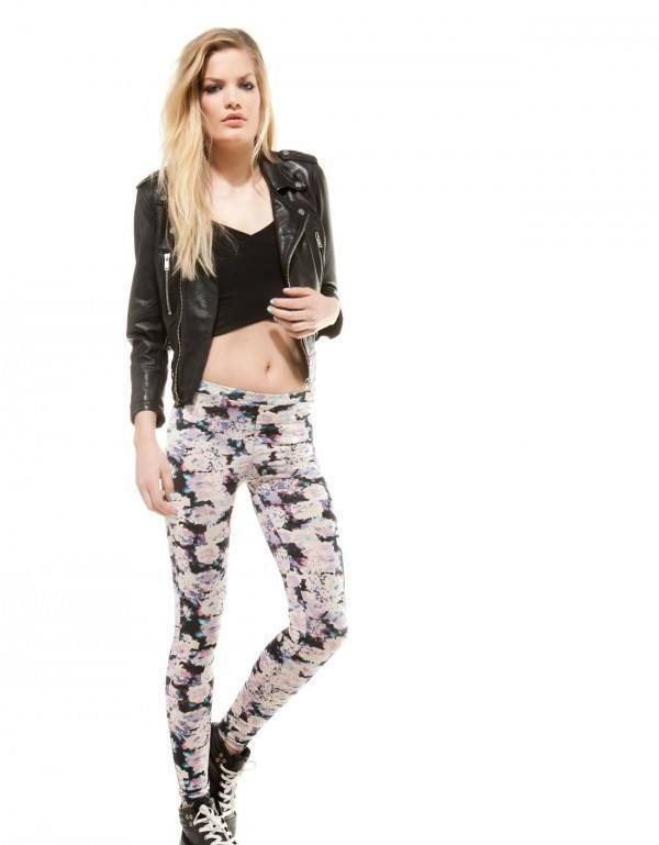 tendencias-jeans-y-pantalones-para-mujer-primavera-verano-2014-leggings-bershka-flores