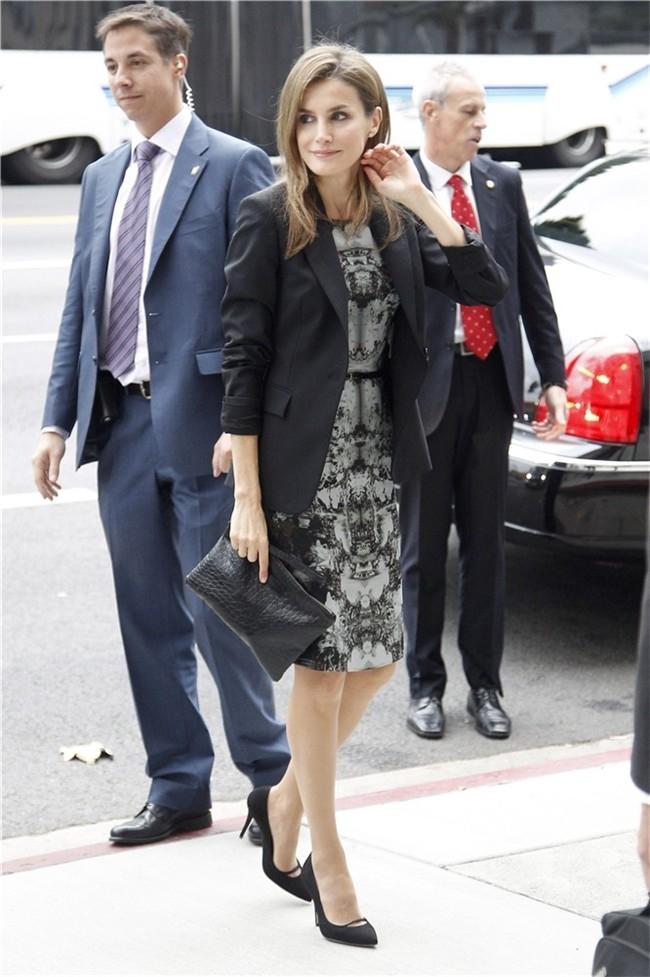 el-estilo-y-peinados-de-la-reina-de-espana-letizia-ortiz-vestida-con-vestido-estampado-de-hugo-boss