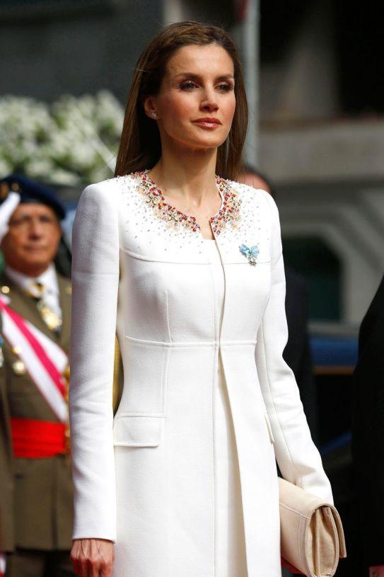 el-estilo-y-peinados-de-la-reina-de-espana-letizia-ortiz-vestida-de-felipe-varela-en-la-coronación-de-felipe-vi