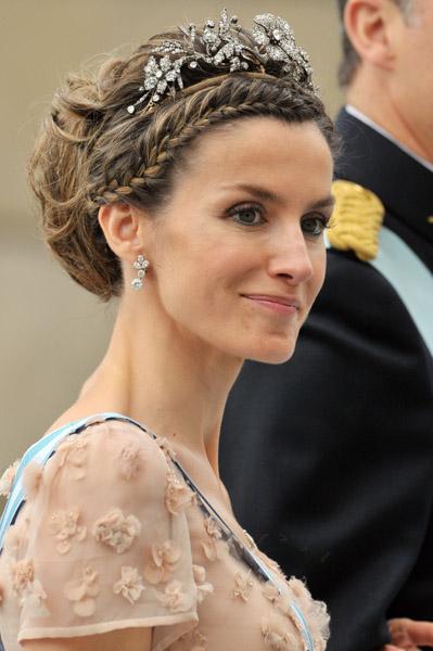 los-peinados-de-la-reina-de-españa-letizia-ortiz-peinado-recogido-con-tiara-de-plata