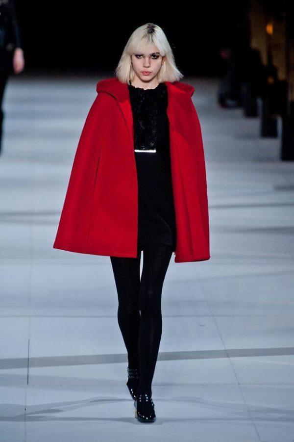 catalogo-saint-laurent-mujer-otono-invierno-2014-2015-capa-roja