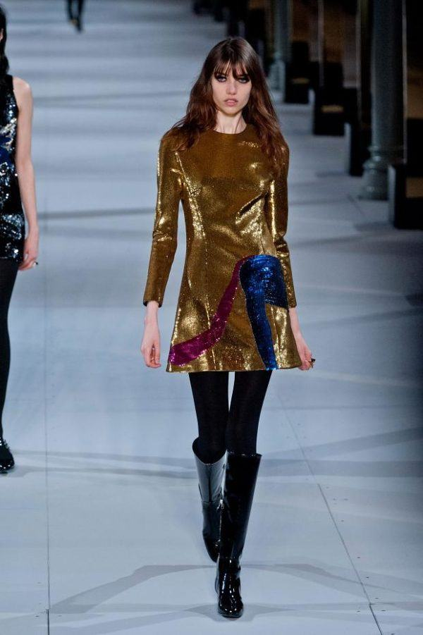 catalogo-saint-laurent-mujer-otono-invierno-2014-2015-vestido-dorado