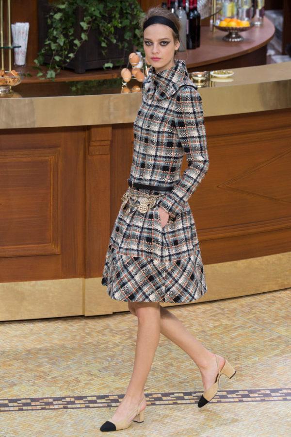 Chanel-mujer-coleccion-otono-invierno-2015-2016-abrigo-vestido-estampado