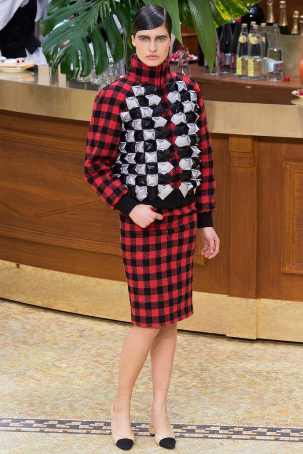 Chanel-mujer-coleccion-otono-invierno-2015-2016-estampado-de-cuadros-y-acolchados