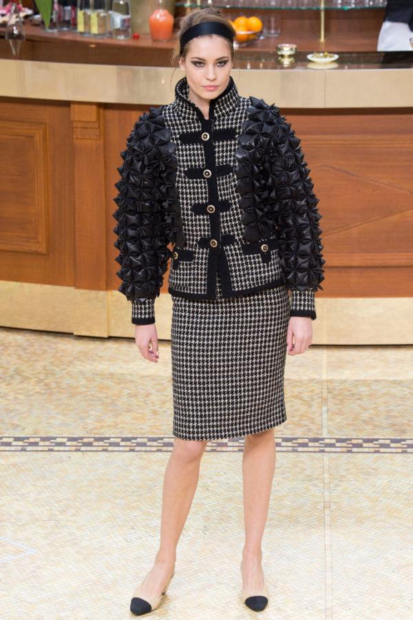 Chanel-mujer-coleccion-otono-invierno-2015-2016-traje-chaqueta-falda-pata-de-gallo-mangas