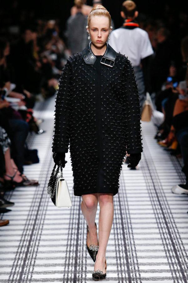 balenciaga-mujer-otono-invierno-2015-2016-abrigo-hebilla