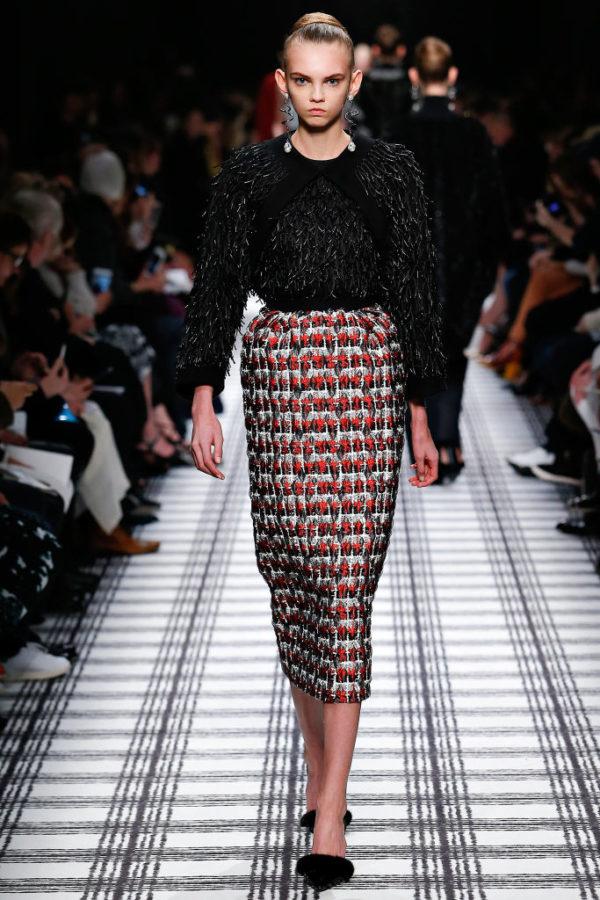 balenciaga-mujer-otono-invierno-2015-2016-jersey-negro-falda-estampada