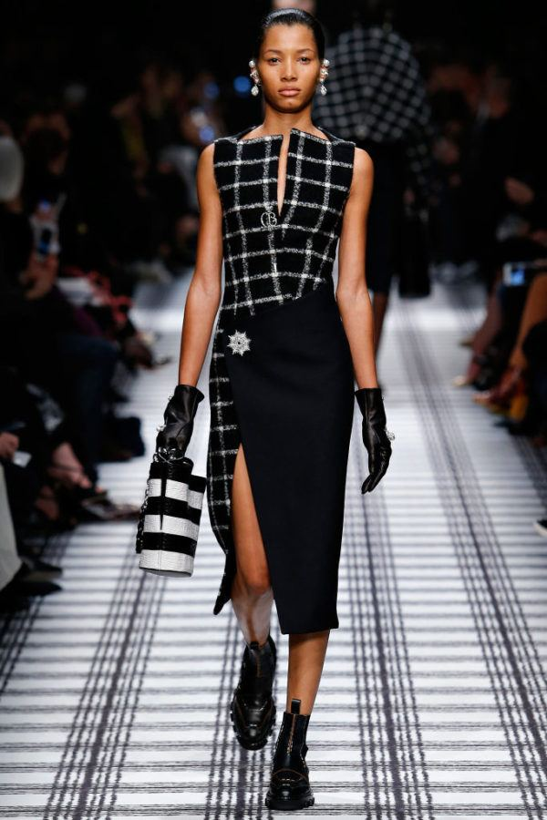 balenciaga-mujer-otono-invierno-2015-2016-vestido-cuadros-negro