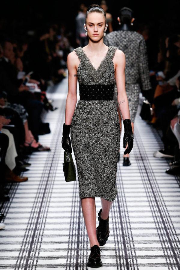 balenciaga-mujer-otono-invierno-2015-2016-vestido-gris-cinturon-puas