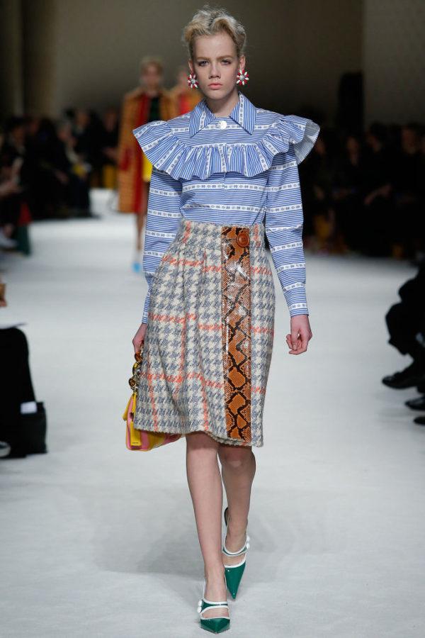 catalogo-miu-miu-otono-invierno-2015-2016-blusa-llamativa-falda-estampada