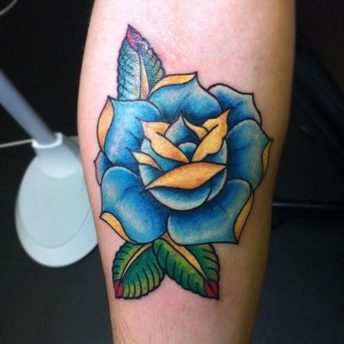 fotos-de-tatuajes-de-la-rosa-azul-rosa-con-detalles-en-amarillo