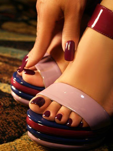 unas-decoradas-para-pies-foot-nails-uñas-borgoña-a-juego-con-las-manos