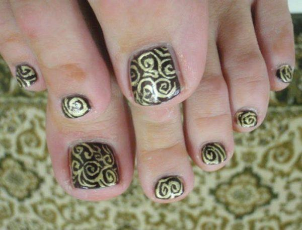 Nails-decorated-for-foot-nails-nails-golden-brown
