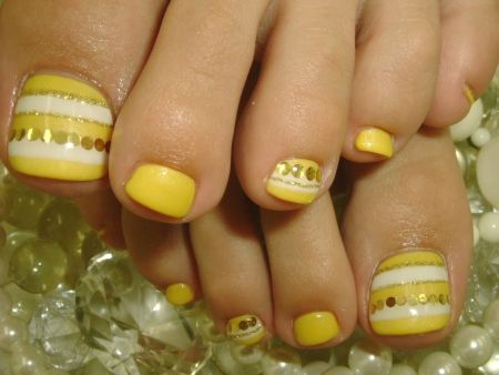 Nails-on-yellow-and-white-nails