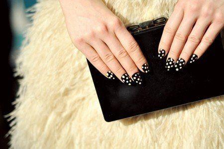 Un-decorated-ones-of-gel-decoracion-de-topitos-blancos-sobre-fondo-negro