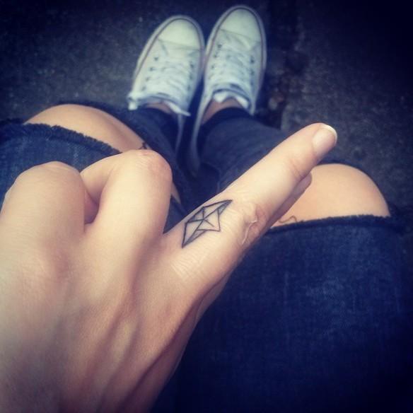 15-fotos-de-tatuajes-pequenos-en-los-dedos-de-la-mano-para-mujeres-tatuaje--barco