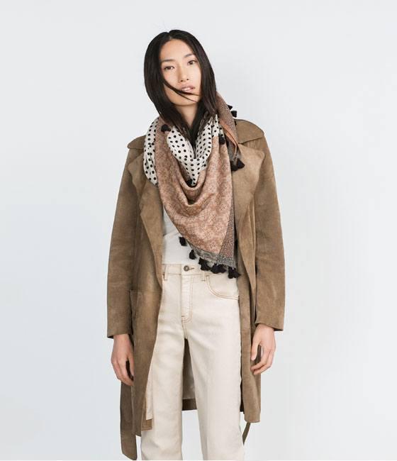 los-complementos-de-moda-para-este-otono-invierno-para-mujer-2015-2016-pañuelo-de-lunares-y-pompones-de-zara