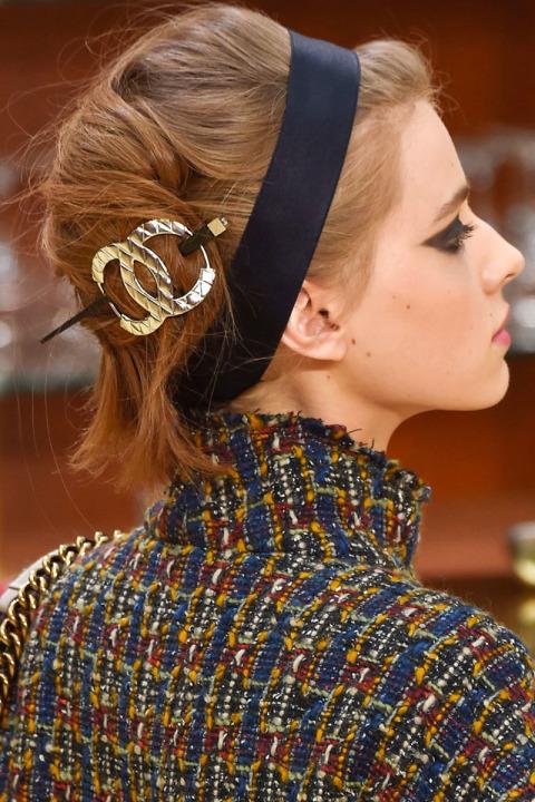 los-mejores-cortes-de-cabello-y-peinados-para-mujer-otono-invierno-pelo-largo-peinado-con-un-complemento