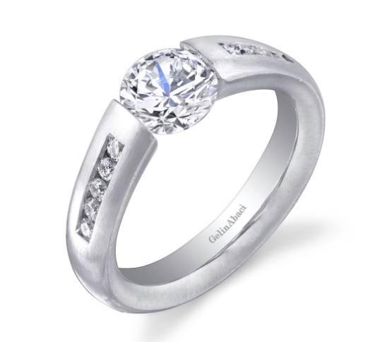 8aab9dedc063 Una firma que también destaca por sus propuestas de anillos de compromiso  como el que vemos en pantalla que tiene un precio de 3.150 euros.