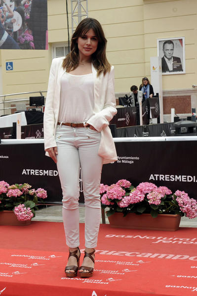 los-estilos-y-la-forma-de-vestir-de-adriana-ugarte-jeans-blancos-blazer