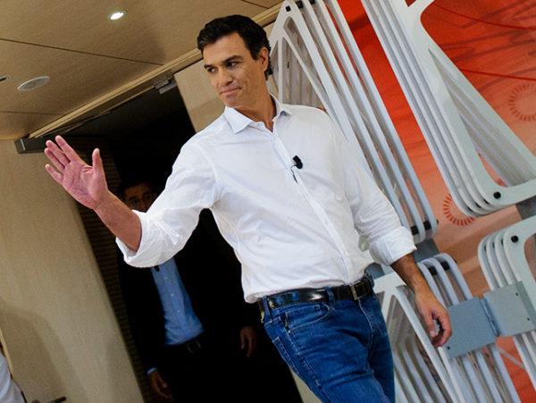 los-looks-de-pedro-sanchez-con-camisa-blanca-y-jeans